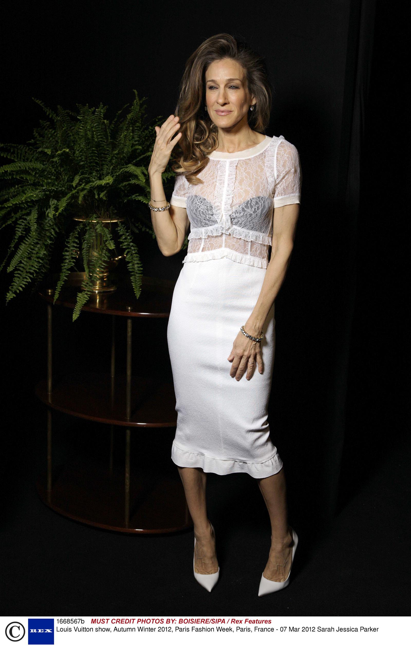 showbiz: sarah jessica parker at paris fashion week 2012