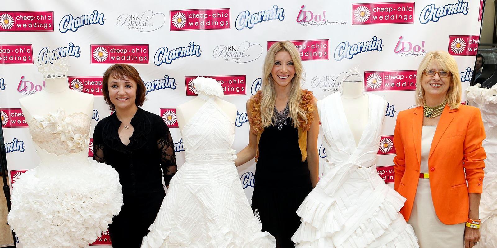 Платье из туалетной бумаги фото