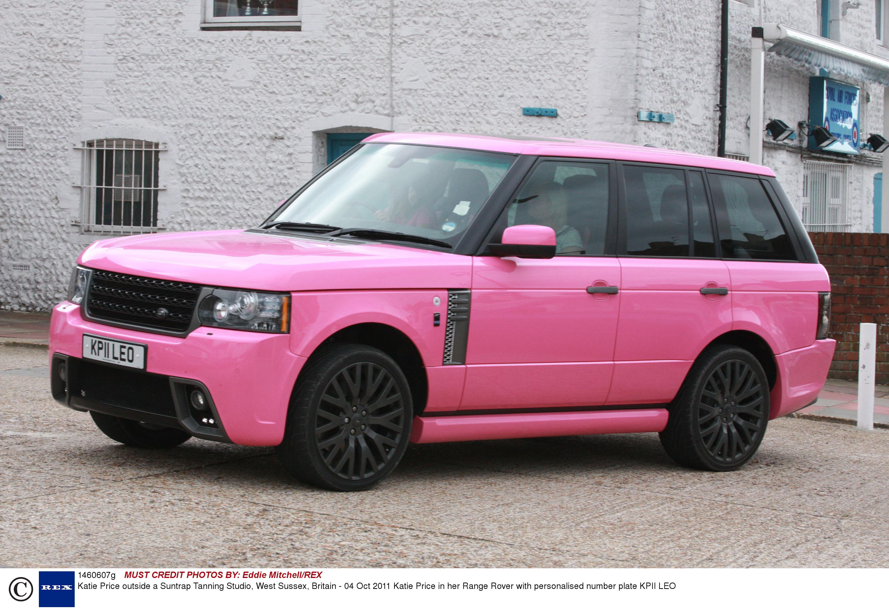 katie price puts pink custom made range rover up for sale. Black Bedroom Furniture Sets. Home Design Ideas