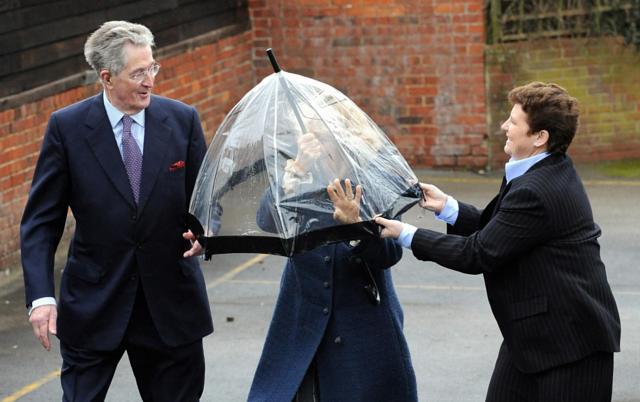 Những khoảnh khắc hài hước không đỡ nổi của bà Camilla - mẹ chồng thị phi nhất Hoàng gia Anh, đã xem là không thể không cười - Ảnh 3.