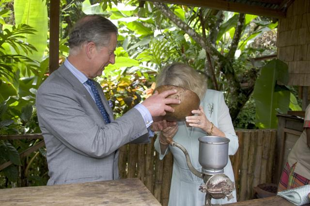 Những khoảnh khắc hài hước không đỡ nổi của bà Camilla - mẹ chồng thị phi nhất Hoàng gia Anh, đã xem là không thể không cười - Ảnh 7.