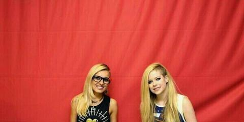 Avril lavigne refuses to touch fans in awkward meet and greet photos m4hsunfo