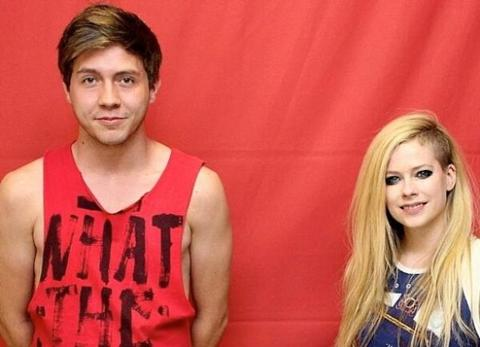 Youre not alone avril 13 more awkward celebrity meet and greets avril lavigne poses for an awkward photo with a fan m4hsunfo