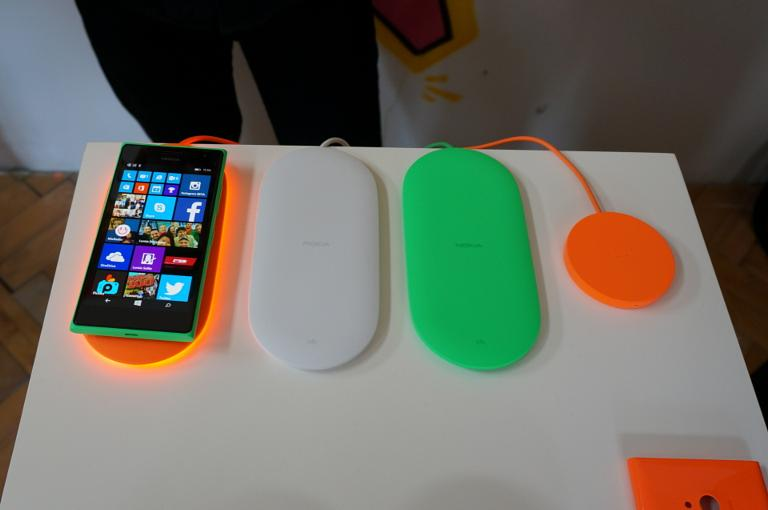 Microsoft wireless charger and Screen Sharing for Lumia hands-on
