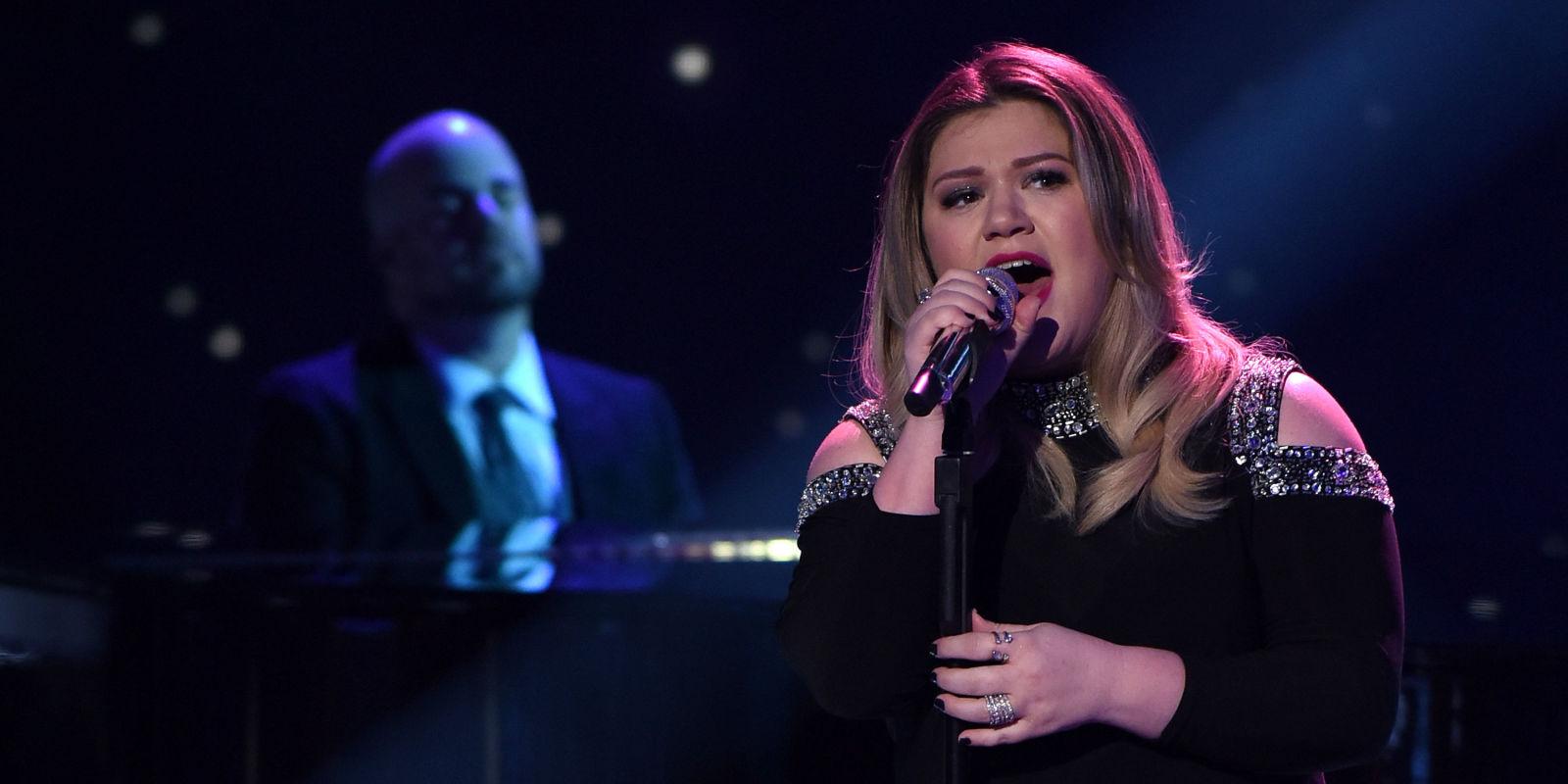 Kelly Clarkson S Cautionary Christmas Music Tale - Christmas Cards