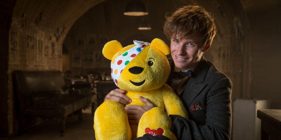 O Eddie Redmayne αγκαλιά με τον αρκούδο Pudsey, mascot του Children in Need.