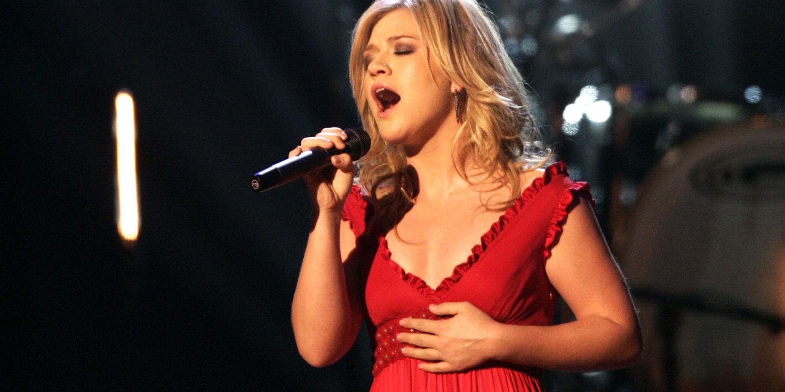 Watch Kelly Clarkson\'s adorable reaction when she\'s surprised with a ...