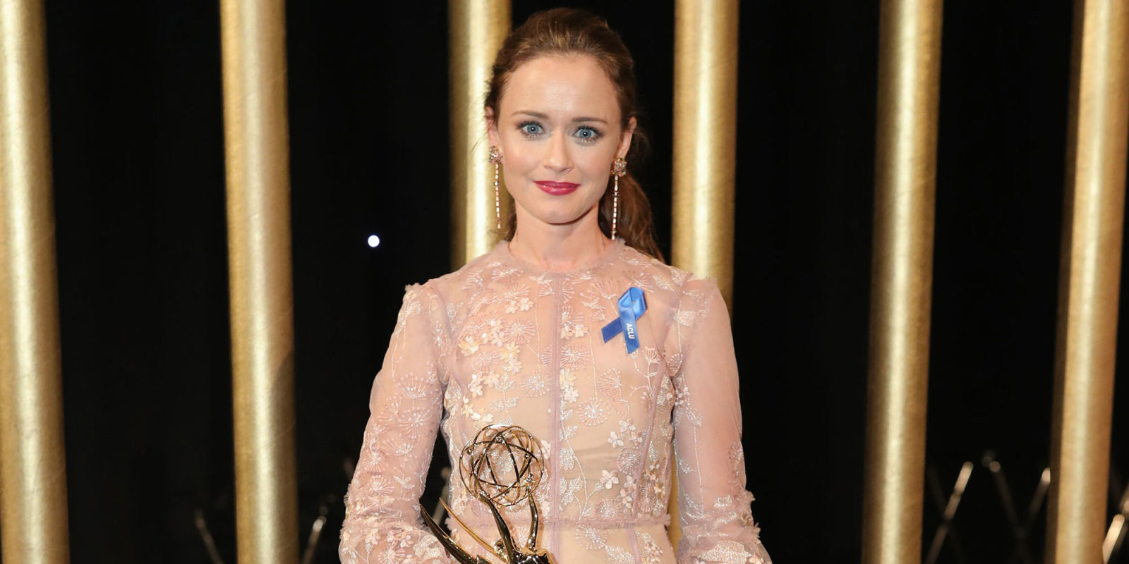 Gilmore Girls star Alexis Bledel wins an Emmy Award for The ...
